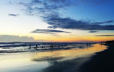 #140_travel_Locals-exercise-at-beach-in-Danang