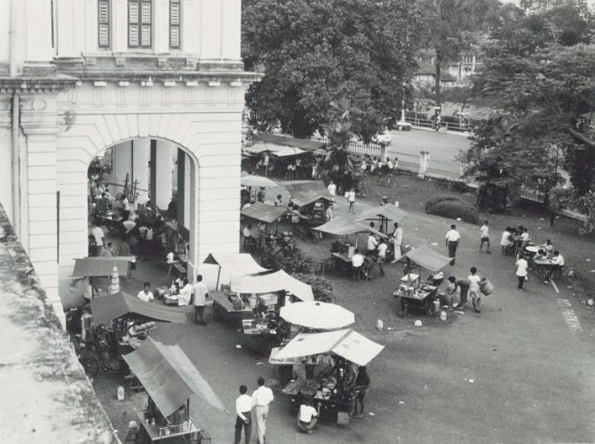 Hawkers on the National Museum grounds in the 1960s - Image courtesy of National Museum of Singapore, National Heritage Board