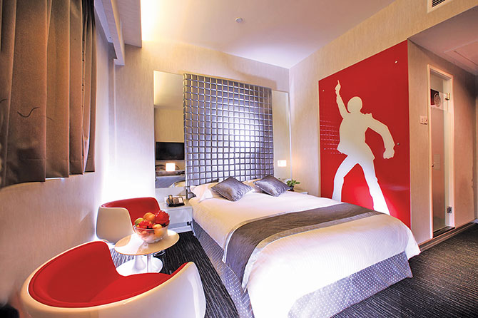 Hotel Re! Executive Room with a funky mural