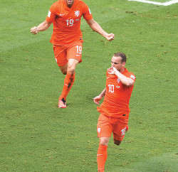 Klaas Jan Huntelaar and Wesley Sneijder celebrate after cooperating on the equalising goal against Mexico  Photo: Sony and 2014 Getty Images