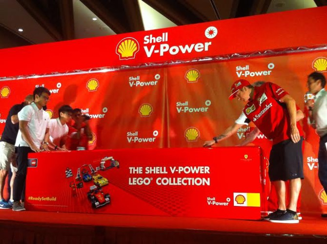 Seasoned pro Räikkönen (right) gets ready to race with Shell V-Power's new Lego miniatures