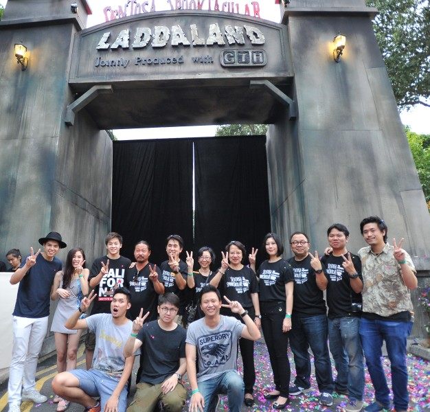 Parkpoom Wongpoom (second from right) at entrance of Sentosa Spooktacular, with director Paween Purijitpanya (bottom left)