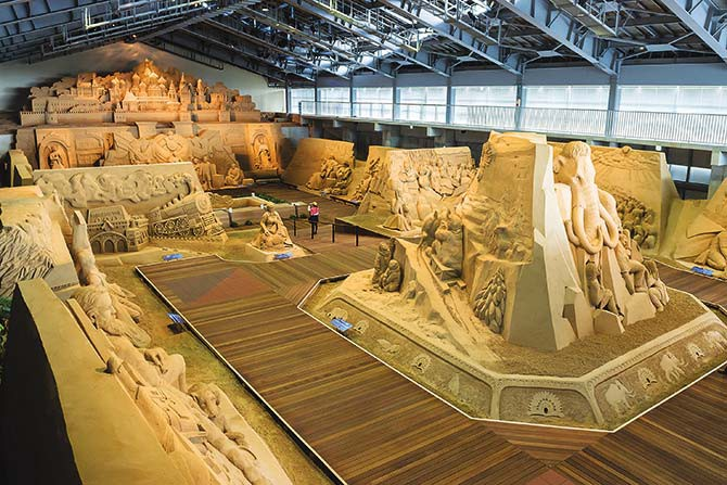 The Tottori Sand Dune Museum features sculptures by international artists