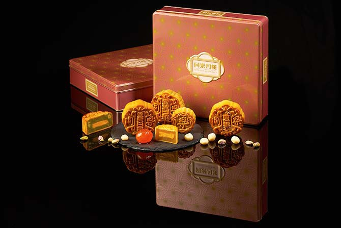 The Autumn Blossoms gift box comes in a classy tin with Chrysanthemum motifs