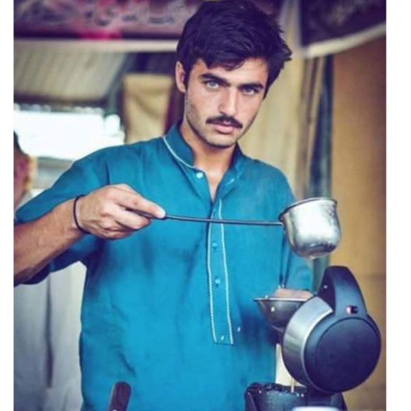 pakistan-chaiwala-arshad-khan-with-super-model-looks-becomes-viral-smash-hit-photos-videos